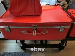 Ensemble Vintage De 3 Bagages Amelia Earhart Rouge Vif Des Années 1960, Caisses De Train